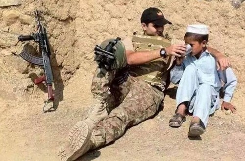 Pakistan-Army-Interesting-Photos-An-Army-officer-helping-a-boy-drink-a-glass-of-water