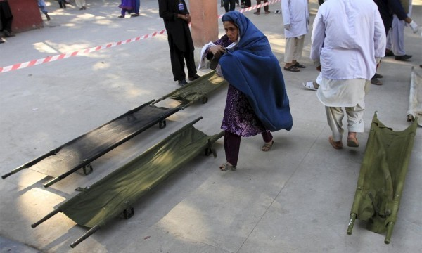 An Afghan woman rushes to a hospital to check on her daughter who was injured, after an earthquake at a hospital in Jalalabad, Afghanistan October 26, 2015. A powerful earthquake struck a remote area of northeastern Afghanistan on Monday, shaking the capital Kabul, as shockwaves were felt in northern India and in Pakistan's capital, where hundreds of people ran out of buildings as the ground rolled beneath them. REUTERS/ Parwiz