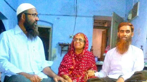 160601214007_nisar-ud-din_right__with_his_mother_zaibunnisa_begum_and_brother_zahir-ud-din_624x351_imranqureshi
