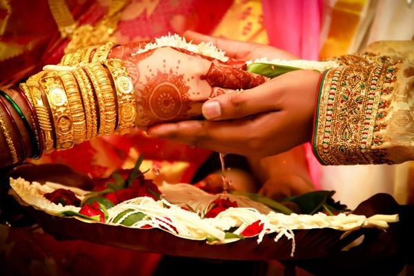 حالیہ دنوں میں ہونے والی شادیوں کے بارے میں کچھ ایسی خبریں جنہیں پڑھ کر آپ سٹپٹا جائیں گے .