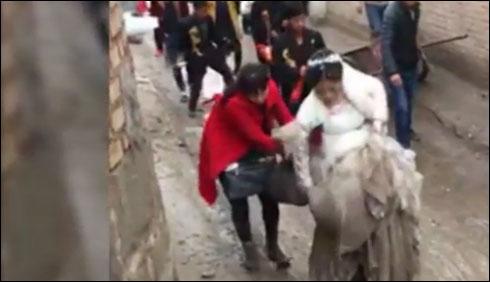 بے رحم موسم ،نئی نویلی دلہن کا عروسی لباس کیچڑ سے بھر گیا