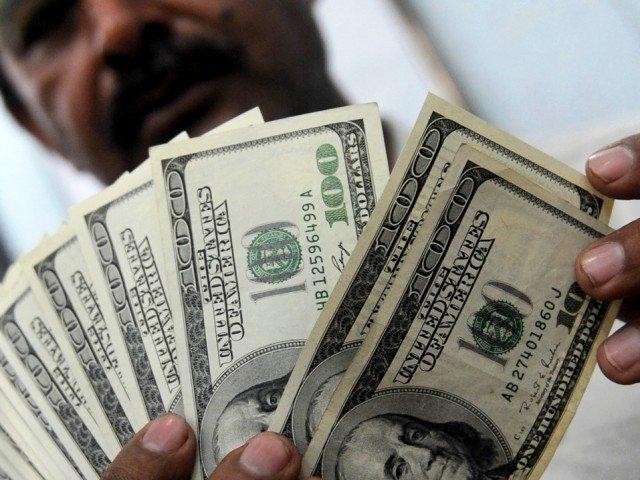 روپے کی بے قدری نہ تھم سکی: انٹربینک میں ڈالر مزید مہنگا ہوکر 149 تک پہنچ گیا