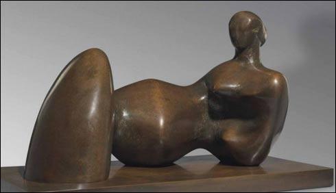 برطانوی مجسمہ ساز ہنری مور کا بنایا ہوا مجسمہ 27لاکھ ڈالر میں نیلام