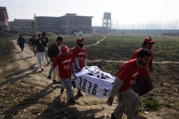 ایدھی کے رضاکار آپریشن کے دروان زخمیوں کو منتقل کرتے ہوئے