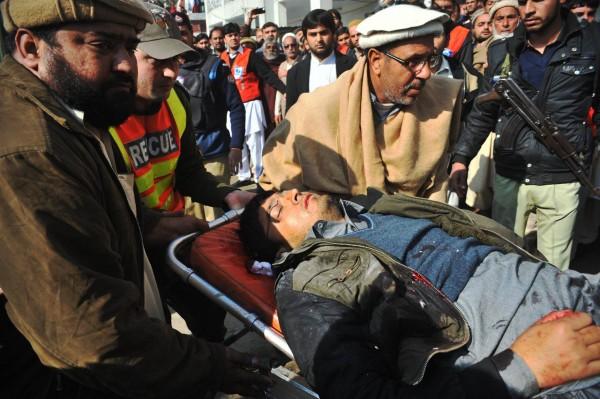 زخمی طالب علم اسپتال لے جایا جا رہا ہے ۔