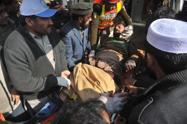 زخمیوں کو اسپتال منتقل کیا جا رہا ہے
