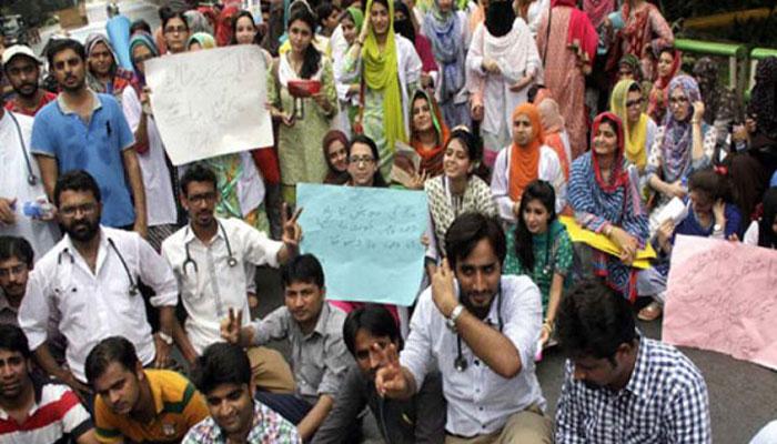 پشاور: احتجاجی ینگ ڈاکٹرز پر پولیس کا لاٹھی چارج
