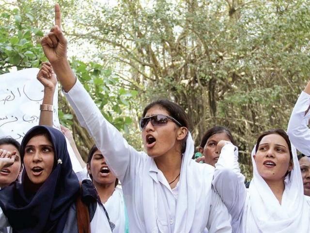 پاکستانی نرسیں: صحت عامہ کے لازمی شعبے کا محروم طبقہ