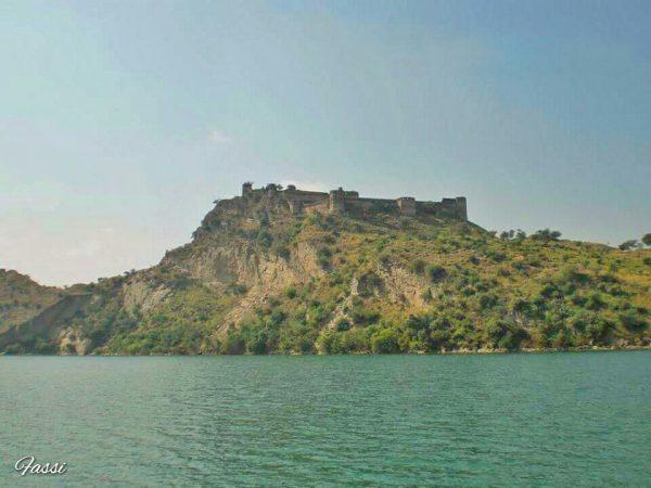صدیوں بعد منظر بھی بدل جاتا ہے اور دیکھنے والے بھی - ٦٠ کی دھائی میں بننے والے منگلا ڈیم اور جھیل نے قلعے کو ایک جزیرے کی شکل دیدی ہے -