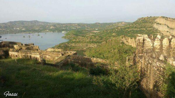 آزاد کشمیر کے دیگر قلعوں (جیسے منگلا، مظفر آباد، بڑجن، اور تھروچھی) کی طرح رام کوٹ قلعہ تاریخی ریکارڈز میں اپنی جگہ نہیں بنا سکتا۔ کشمیر کے 1841 کے ایرو اسمتھ نقشے میں اس کا کوئی ذکر نہیں ہے۔ لیکن مشہور سفری مصنف سلمان رشید کے مطابق مہاراجہ کشمیر کے مقرر کردہ ماہرِ ارضیات فریڈریک ڈریو 1875 میں شائع ہونے والی اپنی کتاب The Jummoo and Kashmir Territories: A Geographical Account میں رامکوٹ قلعہ پر روشنی ڈالتے ہیں۔ ڈریو کے مطابق توگلو نامی ایک گکھر نے یہ قلعہ تعمیر کروایا تھا، جبکہ گکھروں کے بعد یہ ڈوگروں کے زیرِ تسلط چلا گیا۔