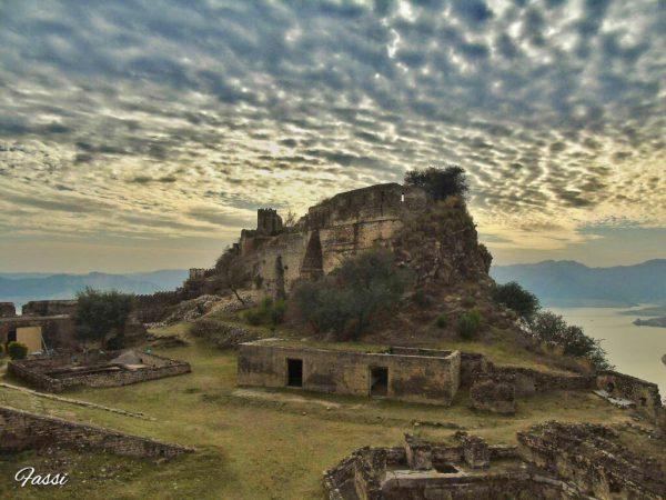 تاریخ دانوں کے مطابق ایک مغلیہ شاہراہ جسکا آغاز جہلم کے پتن سے ہوتا ہے میرپور کوٹلی ، مینڈھر ، راجوری سے ہوتی درہ پیر پنجال کے راستے وادی کشمیر میں داخل ہوتی تھی ۔ مینڈھر تک یہ راستہ ہر موسم میں استعما ل ہوتا تھا جبکہ برفباری کے موسم میں مینڈھر سے پونچھ یا پھر کوٹلی سے پونچھ اور اوڑی پر اُترتا تھا۔ اس مغل شاہرا ر پر منگلا ، رام کوٹ ، بڑجن اور تھروچی کے مقام پر قلعے تعمیر کیے گئے -
