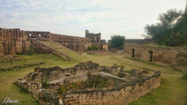 دیگر کئی تاریخی ورثوں کی طرح رامکوٹ کی تعمیر کے حوالے سے بھی کئی کہانیاں موجود ہیں۔ کہتے ہیں کہ یہ قلعہ ایک قدیم ہندو شیو مندر پر تعمیر کیا گیا تھا- لارڈ شیو کا لنگ اب بھی قلعے میں تالاب کے بائیں جانب موجود ہے -  ماہر اثار قدیمہ نے مندر کے پاس سے چٹانوں کے نمونے جو لئے ہیں ان سے یہ شواہد بھی ملے ہیں کہ یہ مندر پانچویں سے ساتویں صدی عیسوی کے درمیان بنایا گیا تھا - لیکن قلعے کی حتمی تاریخ کے بارے میں تاریخ تقریبن خاموش ہی ہے -