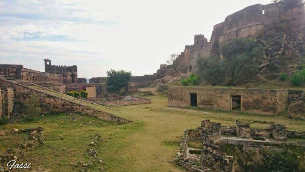 ماہرِ آثارِ قدیمہ ڈاکٹر سیف الرحمان ڈار کے مطابق یہ قلعہ کیونکہ مظفر آباد قلعے جیسا ہی ہے، اس لیے اس بات کا کافی امکان موجود ہے کہ یہ سولہویں صدی کے پہلے نصف میں تعمیر کیا گیا ہوگا، جبکہ فصیلوں کے ساتھ ڈھلوانیں، توپوں کے لیے کنگرے، اور بندوقچیوں کے لیے تنگ سوراخ تب بنائے گئے جب یہ قلعہ انیسویں صدی میں کشمیر کے ڈوگرا مہاراجہ کے زیرِ تسلط تھا۔