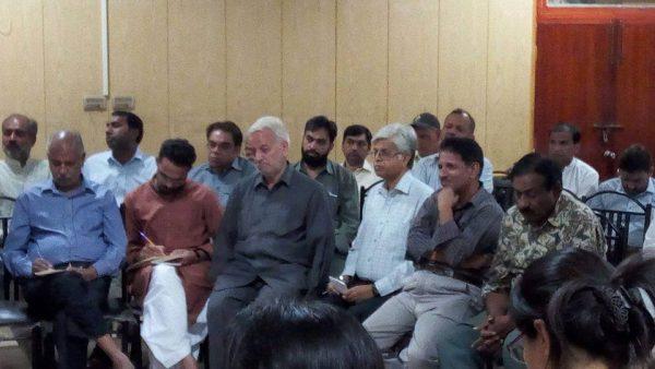 سامعین ڈاکٹر مہدی حسن کی گفتگو انہماک سے سن رہے ہیں