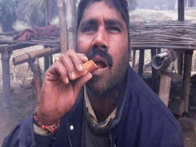 10 سال سے روزانہ پتھر کھانے والا بھارتی شہری