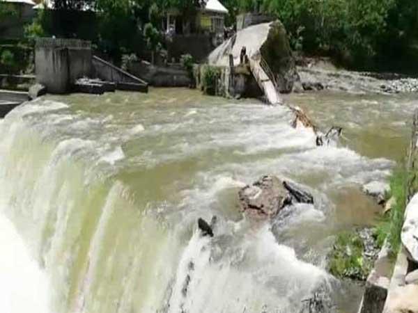 وادی نیلم میں پل ٹوٹنے سے 40 سے زائد سیاح دریا میں بہہ گئے