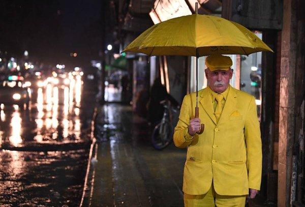 گزشتہ 35 برس سے صرف پیلا لباس پہننے والا شخص