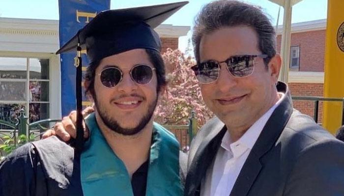 وسیم اکرم بیٹے کی گریجویشن مکمل ہونے پر خوشی سے نہال
