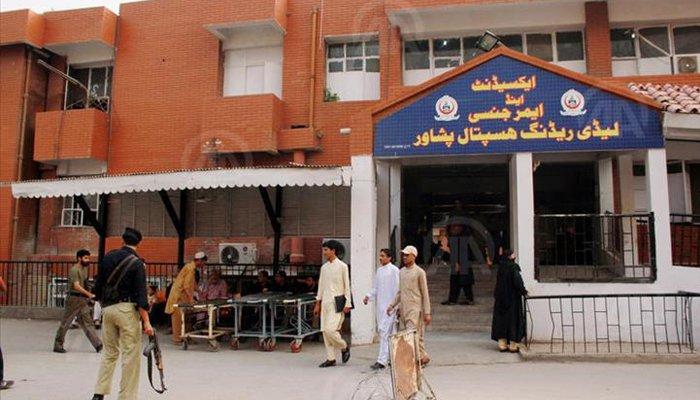 پشاور کے لیڈی ریڈنگ اسپتال میں ڈاکٹروں کا 2 روز کیلئے ہڑتال ختم کرنے کا اعلان