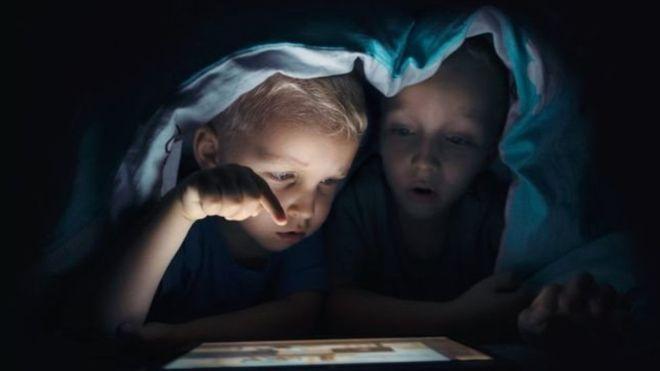 بچےسوشل میڈیا پر نقصان دہ مواد سے کیسے بچیں ؟