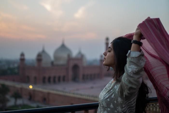پاکستان چھوڑ کر بارسلونا جانے والوں کی کہانی