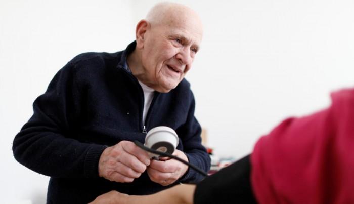 98 سالہ معمر فرانسیسی ڈاکٹر اب بھی مریضوں کا مسیحا
