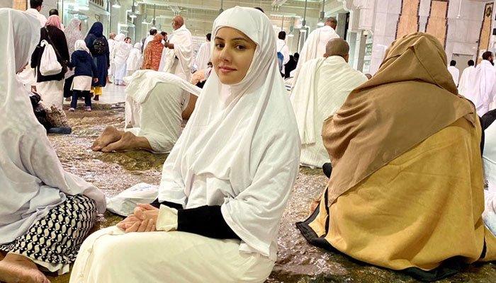 رابی پیرزادہ نے عمرے کی سعادت حاصل کرلی