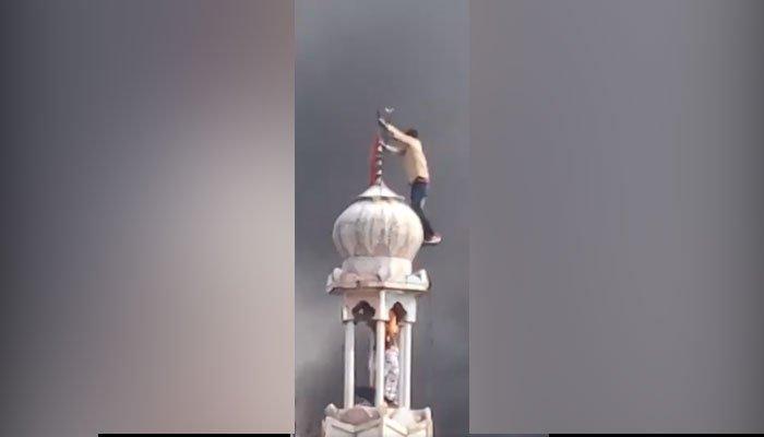ہندو انتہا پسندوں کا دہلی میں مسجد پر حملہ، مینار پر چڑھ گئے