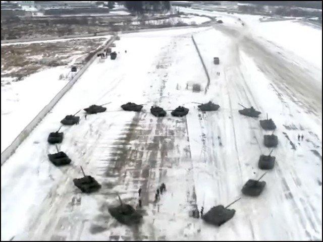 16 ٹینکوں سے 'دل' بنا کر، روسی فوجی کا محبوبہ کو شادی کا پیغام