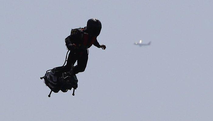 امریکا میں 6 ہزار فٹ کی بلندی پر اڑنے والا شخص کون ہے؟