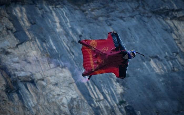 پرندوں کی طرح پہاڑوں کے درمیان اڑنے والا شخص