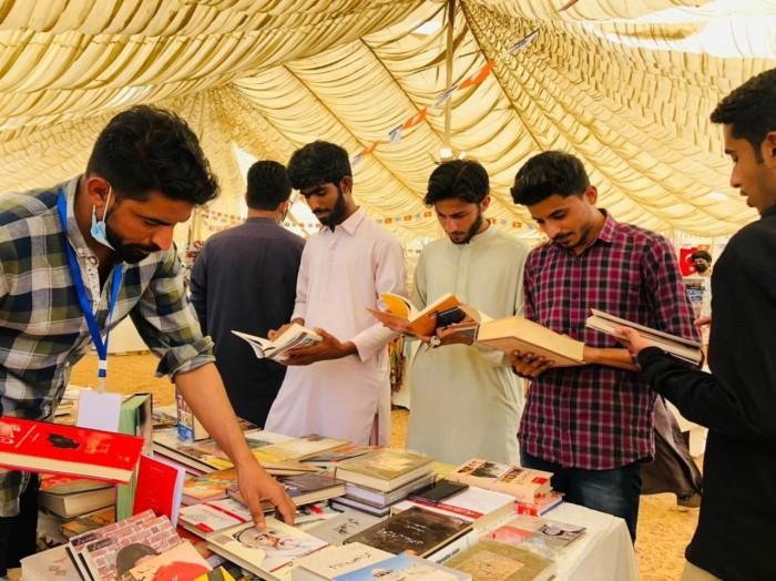 جامعہ کراچی کتب میلہ : کافکا اور فینن کی تحریروں سے محبت کرنے والے  بلوچ  طلبا سے ملاقات