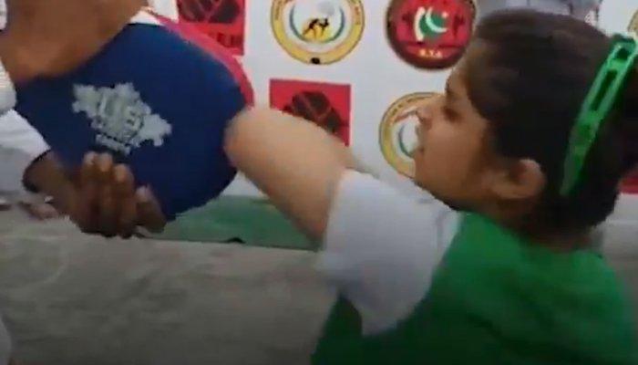 پاکستان کی 8 سالہ مارشل آرٹسٹ نے بھارتی کھلاڑی کا ریکارڈ توڑ دیا