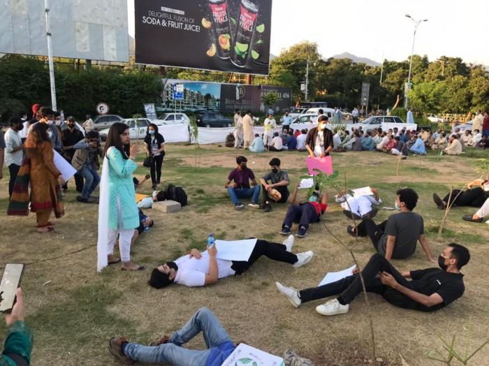 ماحولیاتی بحران: نوجوانوں کا دنیا بھر میں سڑکوں پر احتجاج