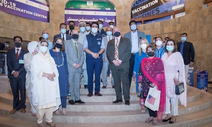 امریکی اہلکاروں اور پاکستانی صحت حکام کی جانب سے عطیہ کردہ فائزر ٹیکے لگانے کے عمل کا مشاہدہ